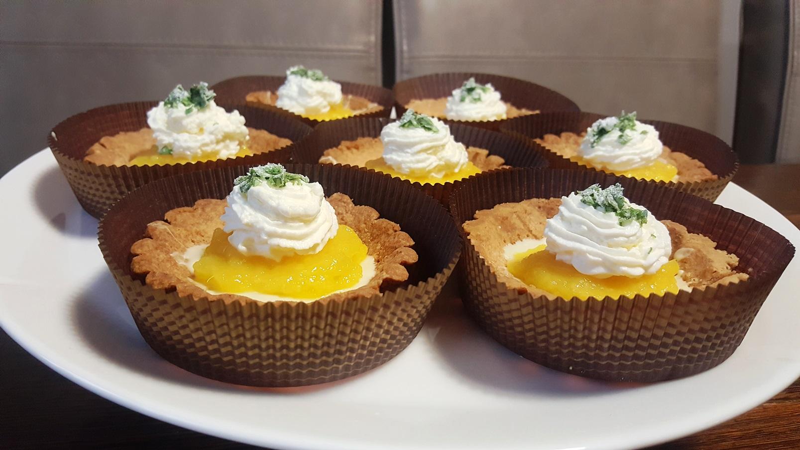 Tartaletki z białą czekoladą, purée z mango, bitą śmietaną z mascarpone i melisą