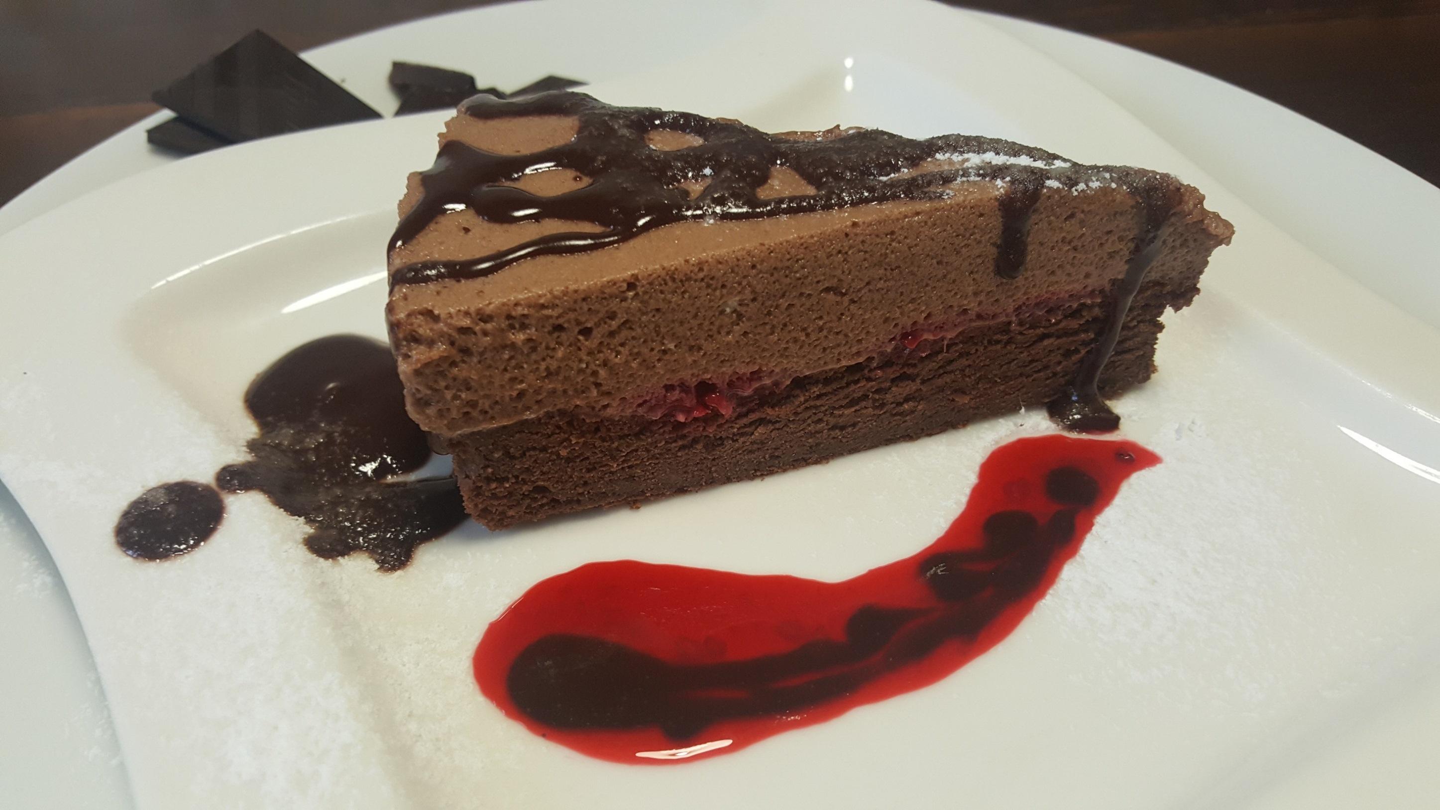 Ciasto czekoladowe z pianką i malinami