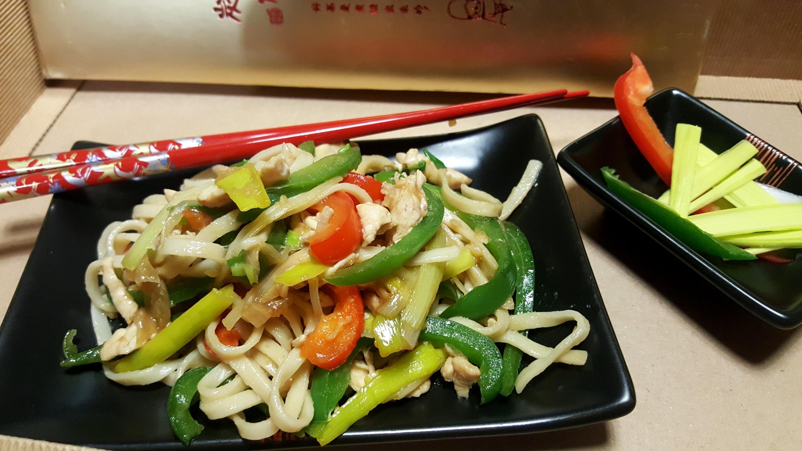 Makaron Chow Mein z polędwicą z kurczaka i warzywami