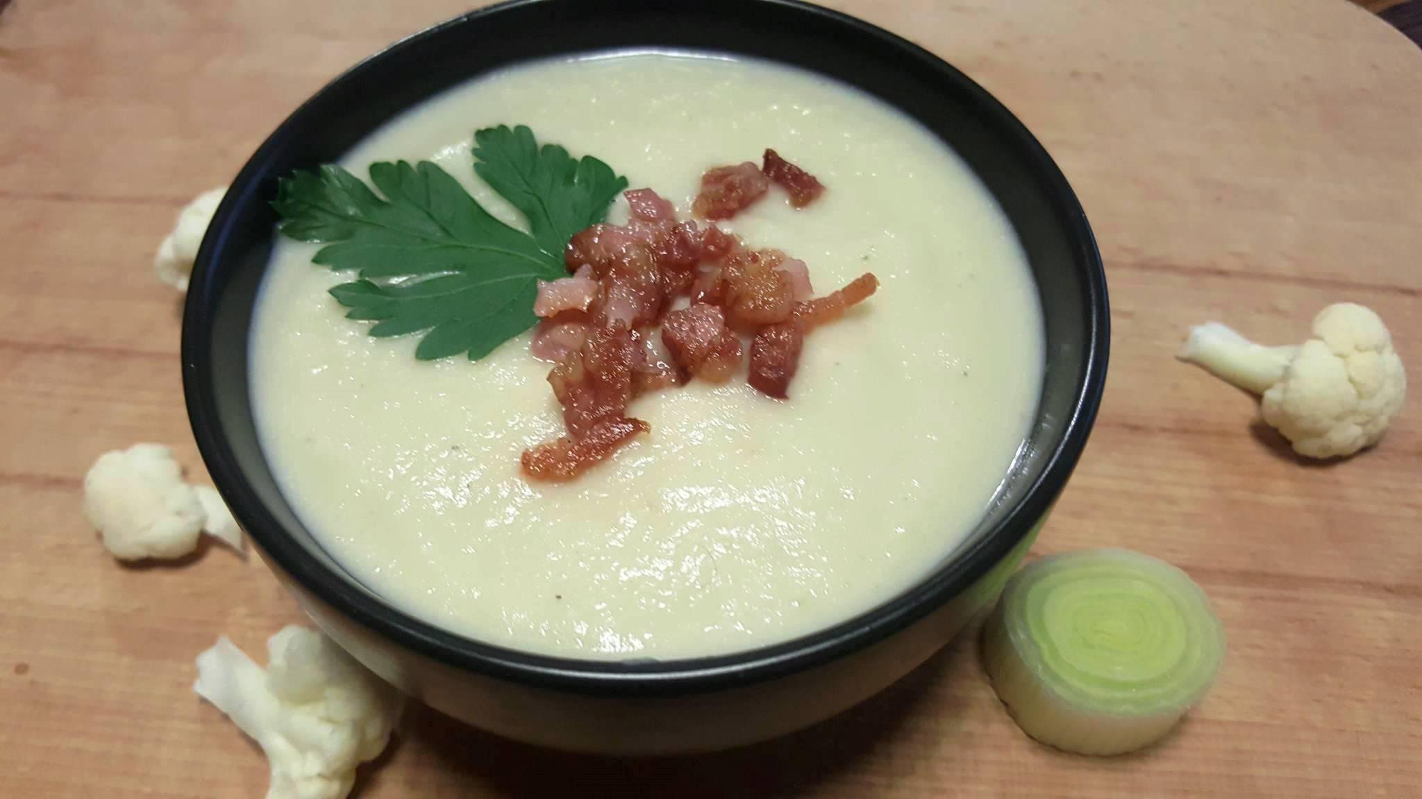 Zupa krem z białych warzyw z okrasą z bekonu