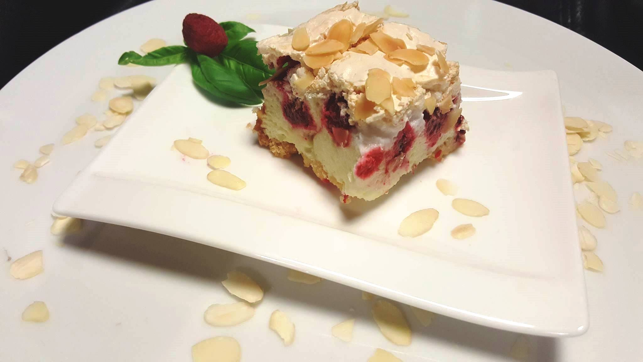 Kruche ciasto z budyniową pianką, malinami i bezą