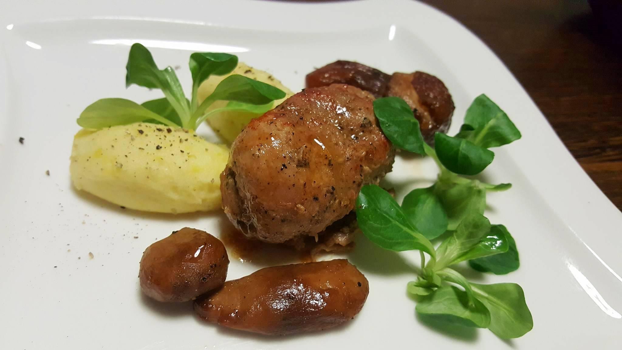 Roladki z karkówki, purée z ziemniaka, żółtej marchewki i konfitowane borowiki