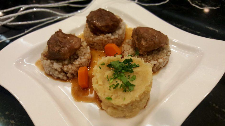 Policzki wieprzowe z kaszą jęczmienną i purée z kapusty kiszonej